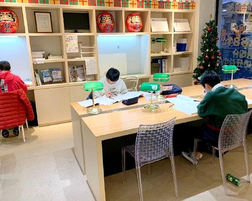 広々とした机で自習ができます