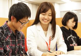講師1人に対して生徒2人の個別指導体制で、一人ひとりと真剣に向き合います。