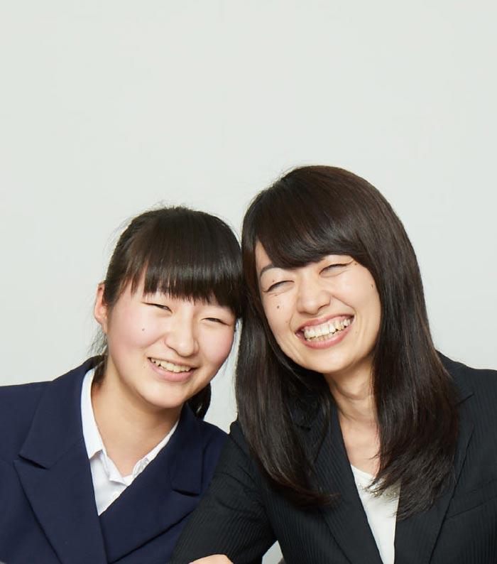 笑顔の生徒と講師
