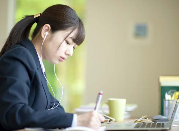 オンライン学習に勤しむ高校生