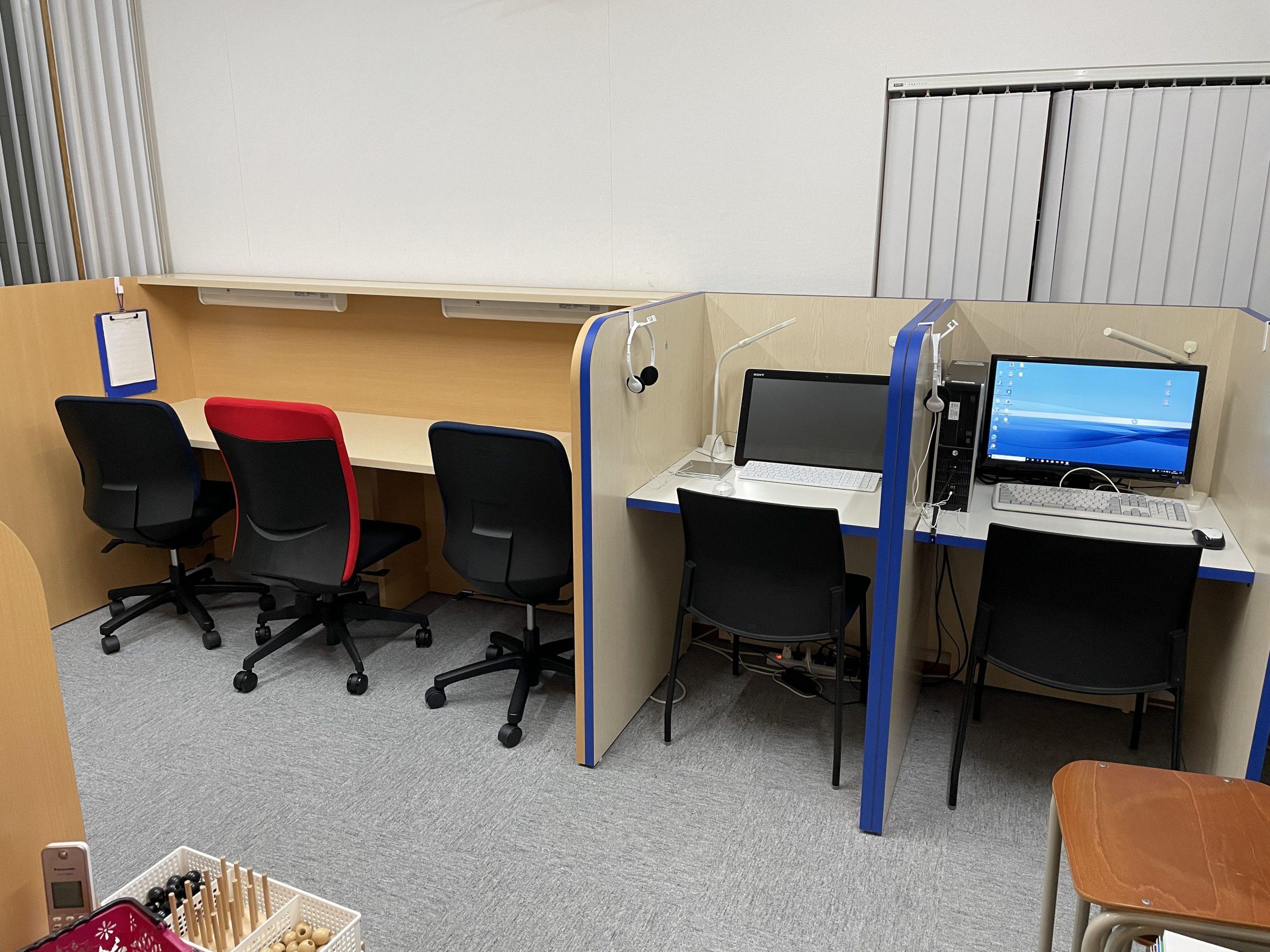 ブースの横には仕切られたパソコンのスペースもあります